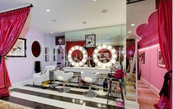 Christina-Aguileras-pink-closet-salon