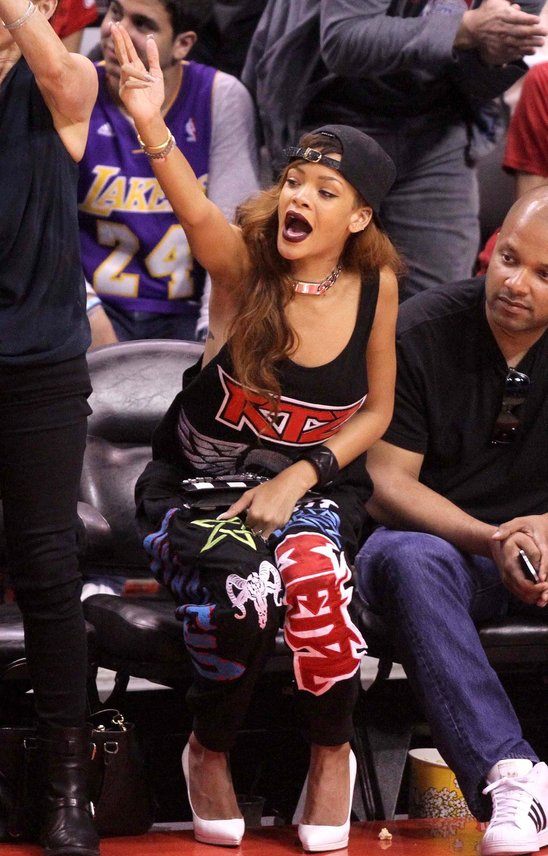 rihanna_is_obviously_a_huge_los_angeles_lakers_fan